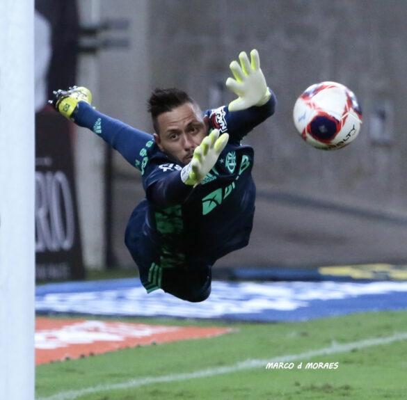 Diego Alves bem que tentou mas ..