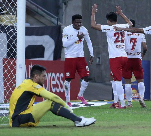 Diego Alves desolado depois de ter tomado mais um gol