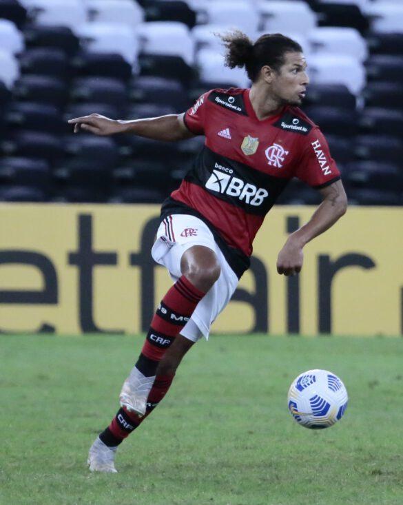 Willian Arão firme no setor defensivo