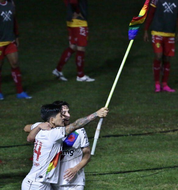 Cano levantando a bandeira em homenagem ao Dia do Orgulho LGBTQIA+