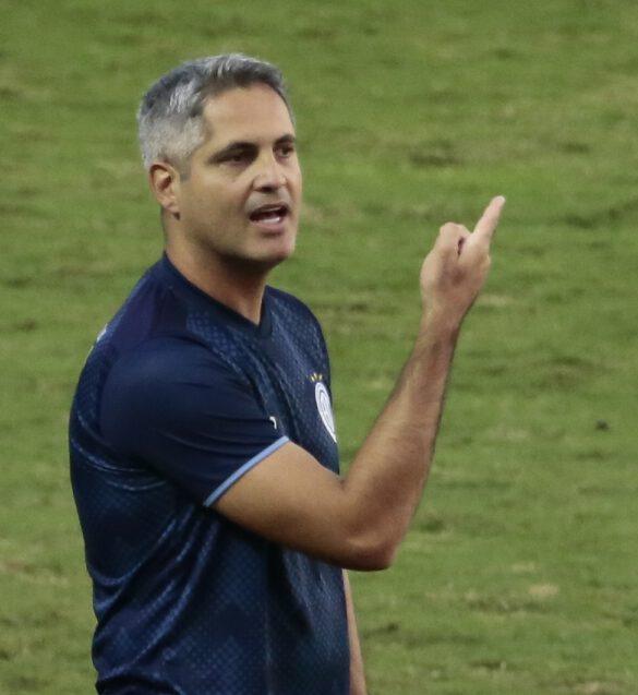 Rodrigo Santana em conversa com o quarto árbitro