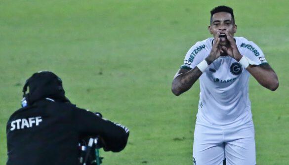 Alef Manga comemora seu gol na frente da câmera