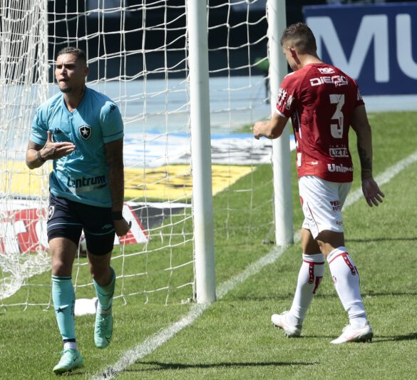 Rafael Navarro comemora seu gol