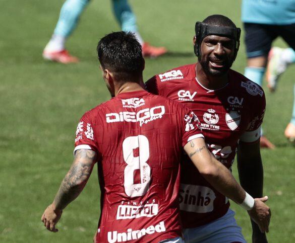 Rafael Donato de capacete comemora seu gol