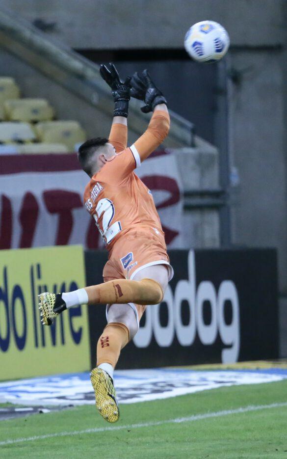 Matheus Teixeira pulou mas não pegou a falta
