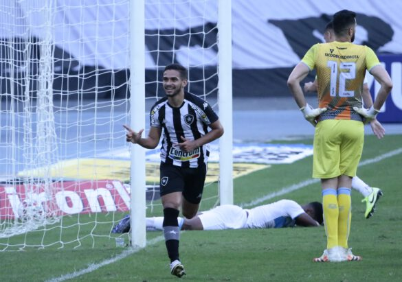 Marco Antonio comemorando
