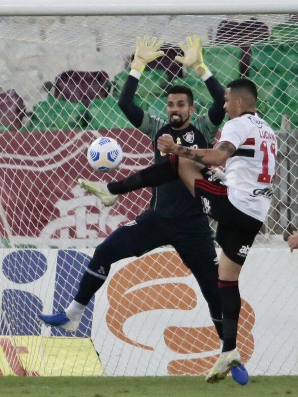 Luciano fez o gol, mais estava em impedimento