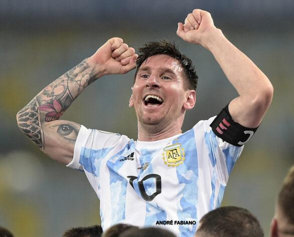 Messi com a expressão de dever cumprido