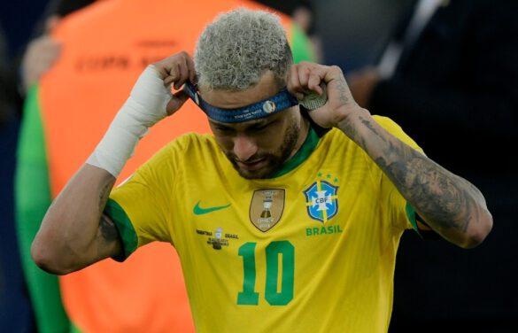 Neymar tirando a medalha do peito